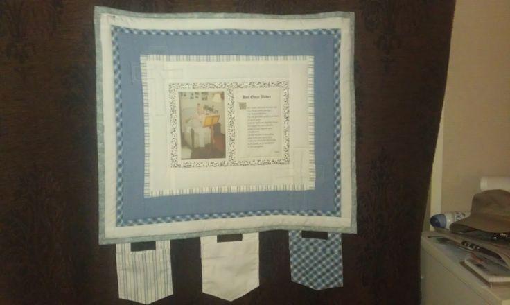 Herinneringsquilt voor mijn oma. Gemaakt van de blousen van mijn overleden opa. De foto en het onze vader zijn op stof geprint. De borstzakjes hanger eronder.