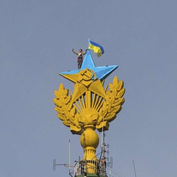 Ucranianos escalam torre russa, içam bandeira e tiram selfie