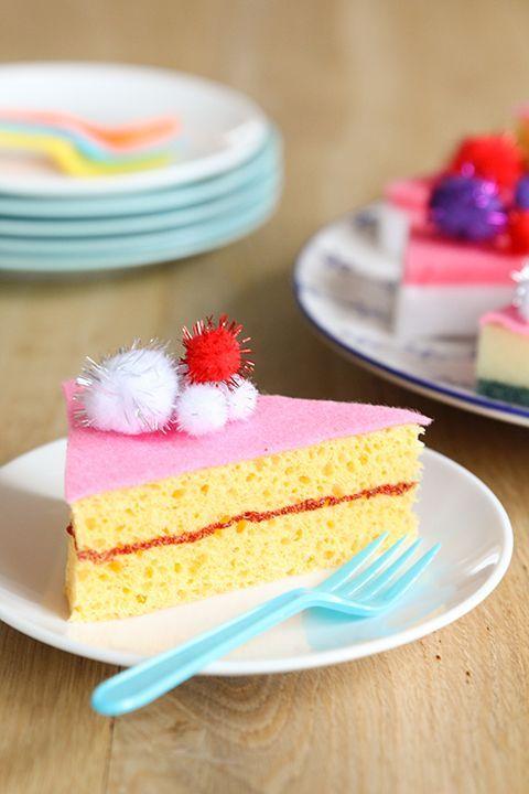Deze taartjes bederven nooit! Maak met sponzen en andere simpele ingrediënten deze sponstaartjes DIY. Laat de high tea beginnen!
