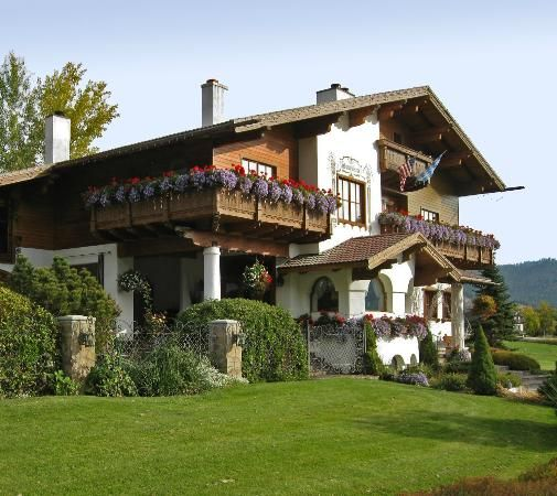 Nestled in the Cascade Mountains and the Bavarian town of Leavenworth, Washington, this elegant Austrian chalet boasts spectacular lodging. Description from tripadvisor.com. I searched for this on bing.com/images