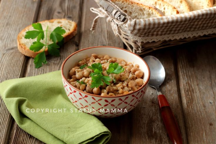 Ricetta con farro e ceci come fare una zuppa semplice e gustosa confortante perfetta per l'inverno e rigenerante e completa anche d'estate mangiata fredda.