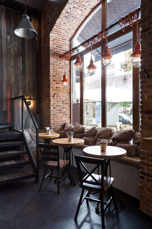 Un café à la déco rétro - mur en brique et luminaires cuivrés