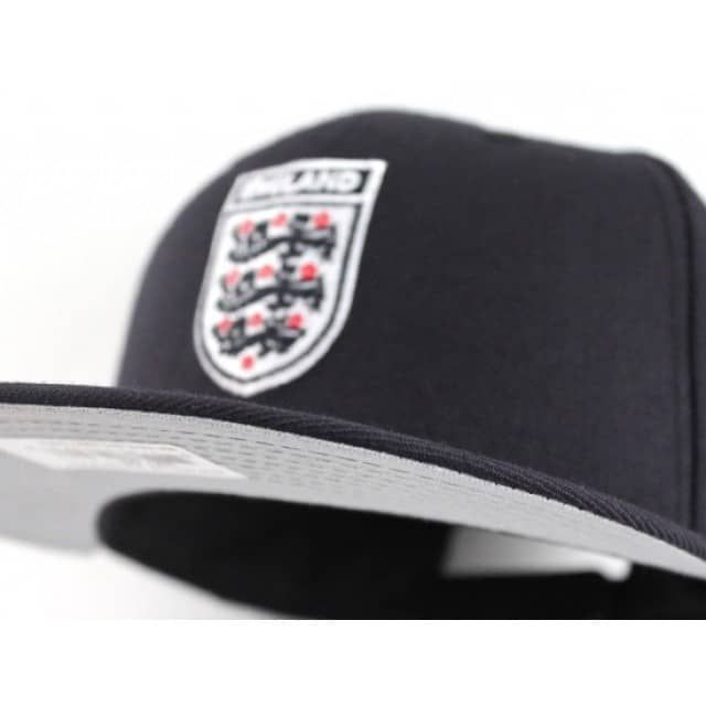 We at Ecapcity.com like to show appreciation to different regions and countries. This snapback hat is no different. Its all navy with a grey under brim. The logo itself is white based and is white, navy with hints of red. This crest is often used by the England national football team.
