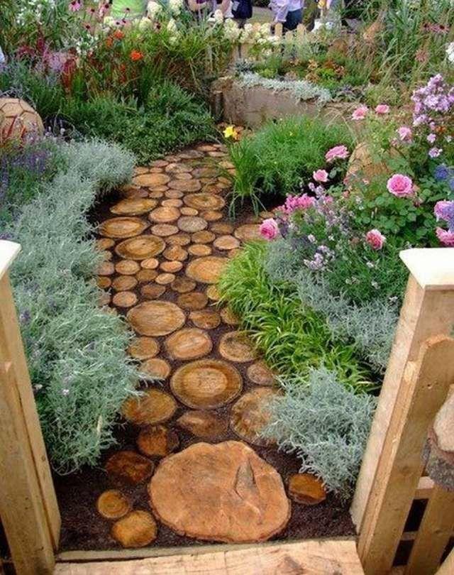 allée en pavés de rondins en bois et fleurs de jardin