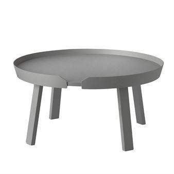 Det stora bordet Around kommer från Muuto och karaktäriseras av den smarta kanten som håller kaffet eller fredagsmyset på plats. Soffbordet är designat av danska Thomas Bentzen och har en unik identitet och ett material som andas skandinavisk design. Träet har försiktigt skurits ut, böjts och limmats ihop till ett snyggt och modernt soffbord. Ytan är lackad för att bordet ska tåla slitage och kunna användas varje dag. Around är snyggt som det är, men blir extra effektfullt om du kombinerar…