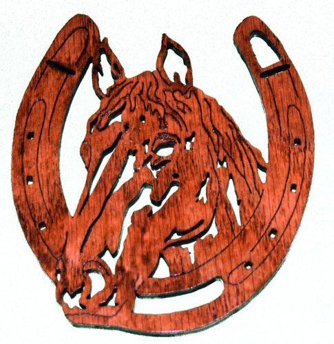 Knipt van 1/4 eiken multiplex en afgewerkt met lak, maakt deze voorstelling van het hoofd van een paard in een hoefijzer een geweldig cadeau voor de kunst van de westerse mens of dier-ventilator in je leven. Geschikt als een muur opknoping, meet ongeveer 4 1/2 x 5. MADE IN THE USA.