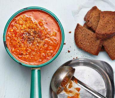 Mäktig vegetarisk soppa med krossade tomater, rödvinsvinäger, röda linser och vitlök. Krydda din linssoppa med timjan, basilika och paprikapulver. En lättlagad och väldigt god soppa som dessutom är billig.