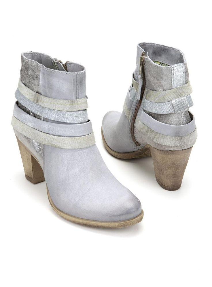 Stijlvolle grijze laarsjes van X by Mooy. De laarzen hebben een bovenwerk gemaakt van leer en diverse decoratieve banden. Ze zijn voorzien van een ritssluiting aan de binnenzijde en de hakhoogte bedraagt ongeveer 8 cm.