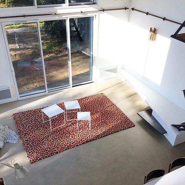 Un #tappeto regala sempre un'atmosfera accogliente all'ambiente di #casa. Cosí sono i #tappeti #Sukhi, morbidi e belli, prodotti interamente a mano. Scoprite di piú su come vengono fatti i nostri #tappeti di #palline di #feltro qui: http://www.sukhi.it/fare-un-tappeto-di-palline-feltro