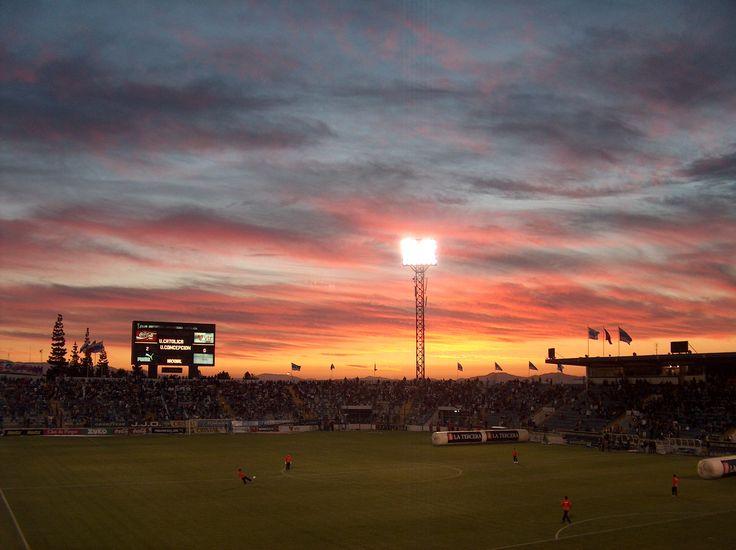 Estadio San Carlos de Apoquindo / Universidad Catolica / atardecer