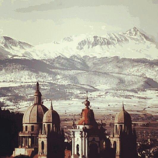 HOY EN NUESTRO TIP DE VIAJE POR MEXICO:CONOCEREMOS ACERCA DEL. NEVADO DE TOLUCA. El Nevado de Toluca o Xinantécatl es un volcán mexicano ubicado en el estado de México, entre los valles de Toluca y Tenango (Valle del Matlatzinco). Se localiza a 22 km al suroeste de Toluca, Estado de México, en la República Mexicana . Alcanza una altitud de 4680 msnm, [1] siendo la cuarta formación más alta de México y formando parte de la Cordillera Neovolcánica Transversal y del Cinturón de Fuego del…
