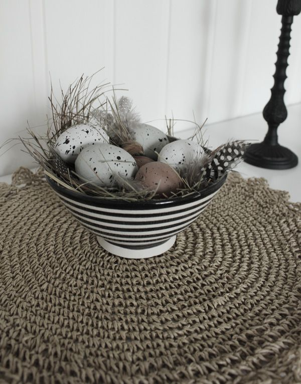Bordstablett av bast från Blomsterlandet. Naturägg i svart och vit randig skål. Påskpynt 2013.