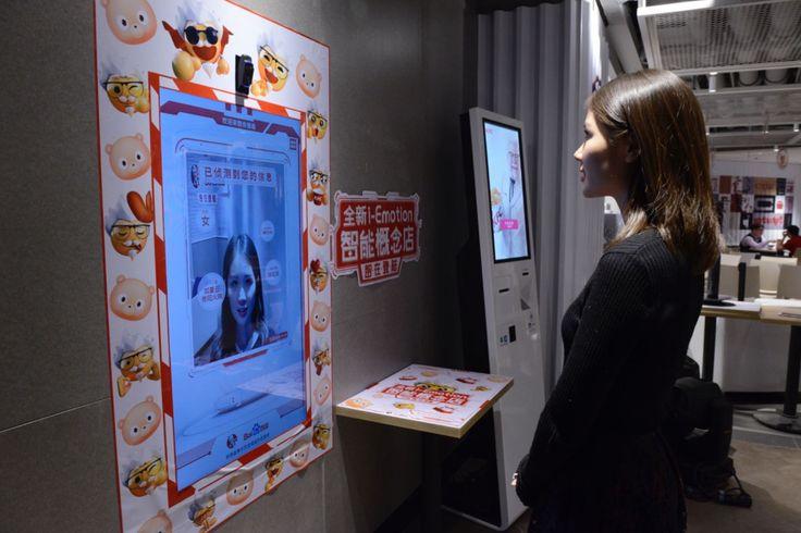"""お客が何かを言う前からロボットがおすすめメニューを推察することだ。画像認識機能を持つハードウェアが顧客の顔をスキャンして、感情や気分を推察し、性別などそのほかの情報も推量して、おすすめメニューを提案する。Baiduのプレスリリースは、たとえば""""20代前半の男性""""には、ランチに""""クリスピーチキンハンバーガーとローストチキンウィングとコーク""""をおすすめし、50代の女性の朝食には、""""中華粥と豆乳""""をおすすめする、と言っている。  顧客はシステムのおすすめを気に入らないかもしれないが、でもそれはあくまでも、ご提案だ。システムには記憶機能があるので、リピート顧客にはこれまでのお気に入りを提案する。ファストフード店に認識目的のために自分の顔の画像があり、過去の注文履歴のデータもある"""