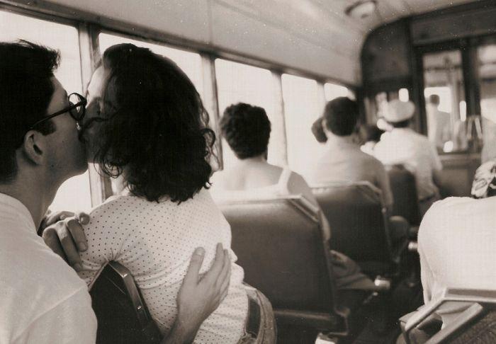 foto-video-paren-tseluetsya-s-studentkoy-v-avtobuse-obnimayas-dami-chernih-chulkah