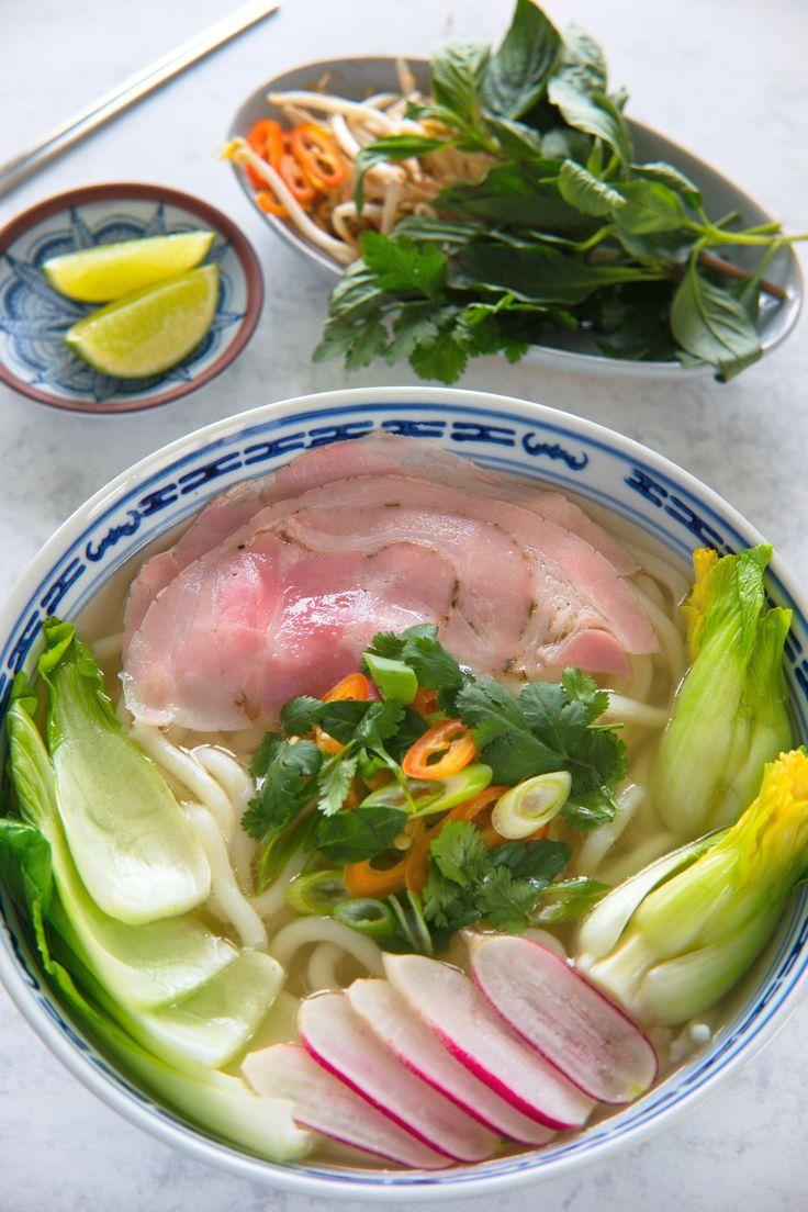 Fytti grisen for en god nudelsuppe! En vietnamesisk nudelsuppe på under en time? Her er oppskriften på herlig lett og sommerlig suppe av svineknoke med ferske nudler, en ny hverdagsfavoritt du må prøve deg på! http://www.gastrogal.no/vietnamesisk-nudelsuppe/#Bønnespirer, #Chili, #Kjøtt, #Koriander, #Kraft, #Nudler, #Suppe, #Svin, #Svineknoke, #ThaiBasilikum