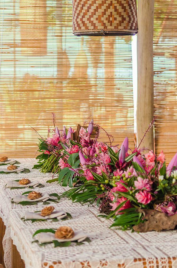 Casamento na praia em Trancoso - decoração rústica e tropical - brasilidade sofisticada com alpíneas e outras flores tropicais ( Decoração: Katia Ciscuolo da Congrega Bahia )
