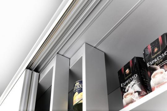Armario despensa de cocina, con estanterias especieros deslizables en toda la anchura del armario, en dos diferentes niveles.
