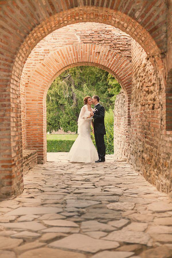 Pentru nunta la care au visat, Andreea și Fănel au făcut eforturi supraomenești. Fănel a condus în două zile cel puțin trei drumuri dus-întors Paltin-Focșani-Târgoviște. Cu toate astea, și-au calmat nervii iscați de iminentele întârzieri sau dereglări ale programului și au rezistat cu stoicism turului și de forță contra cronometru al ședințelor foto, unde au reușit chiar să zâmbească.