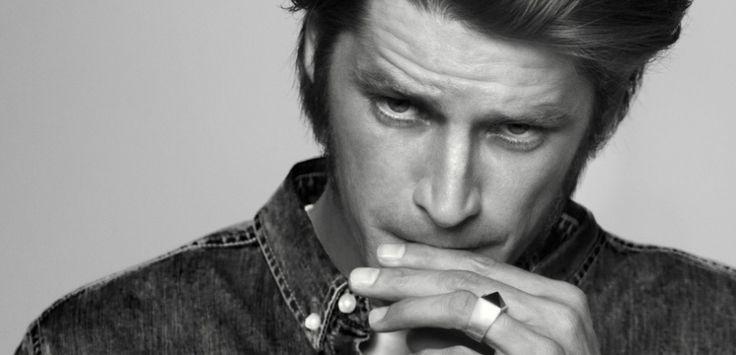 Après Garrett Hedlund et Vincent Cassel, le mannequin néo-zélandais Vinnie Woolston incarne La Nuit de l'Homme d'Yves Saint Laurent.