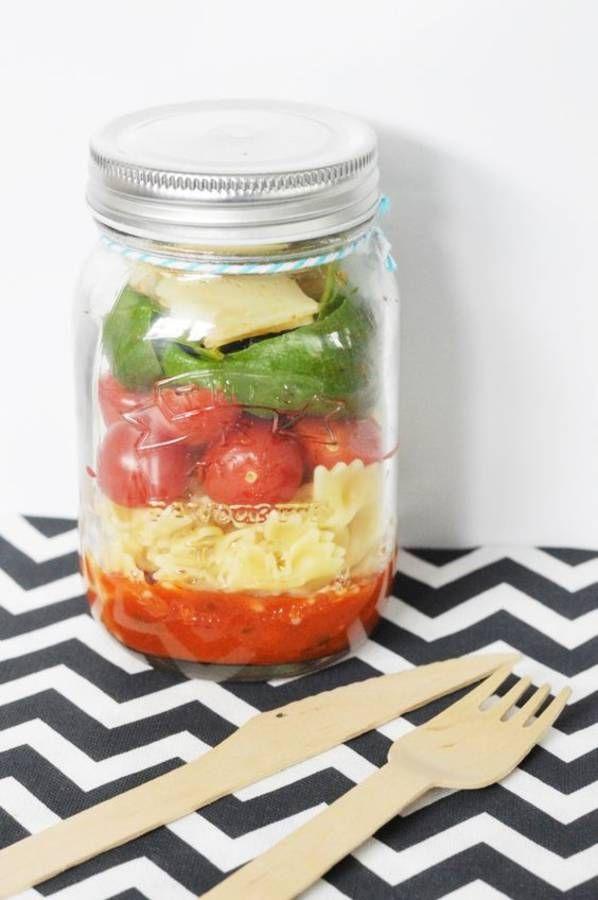 Salade de pâtes en bocal La sauce : une bolognaise ou un pesto Le bon mix : pâtes papillon + tomates cerises + basilic + copeaux de parmesan