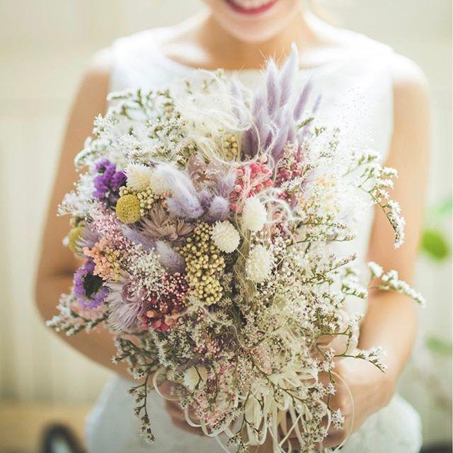 ニュアンスカラーのブーケ♡ . こちらのブーケは ドライフラワーとプリザーブドフラワーで 仕上げたもの。 . もちろん生花も素敵だけど、 季節によって使える花、色が変わってきます。 . 生花より長持ちで飾っておけるのも思い出に残ります! . ジワジワきてる、ニュアンスブーケ♡ オススメです! . . #ザドレスルーム#ウェディングドレス #ナチュラルウェディング#ガーデンウェディング #リゾートウェディング#アウトドアウェディング #フォトウェディング#ドレス #シンプルドレス#カジュアルドレス #ナチュラルドレス#セパレートドレス #2次会ドレス#花嫁#プレ花嫁 #結婚式準備#結婚式#試着#ドレスショップ #海外ウェディング#袖付きドレス#前撮り #thedressroom#wedding#crazywedding #originalwedding#gardenwedding#photowedding #blancoco#ブランココ