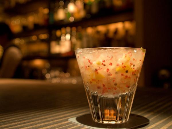 Bar Amber (バー アンバー)西麻布 tokyo nishi-azabu  「ピンクペッパーと柚子のカクテル」  「The cocktail of pink pepper and a yuzu citron」  使用機材(OLYMPUS E-PL3:ZUIKO DIGITAL ED 14-54mm f/2.8-3.5 Digital SLR Lens :RAW→Photoshop Lightroom)