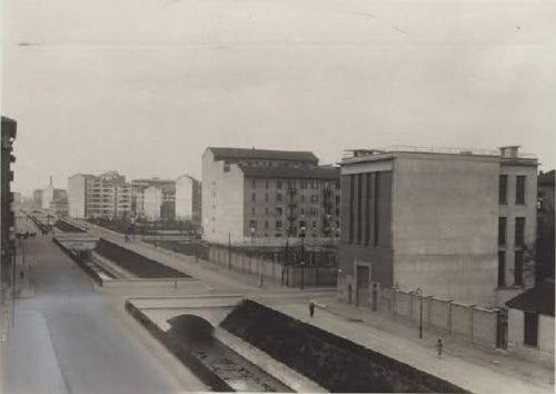 L'Olona in via Carlo Troya, all'angolo con via Savona.   La Centrale Elettrica in primo piano, poi l'erba dove ora c'è il cinema Ducale e poi piazza Napoli