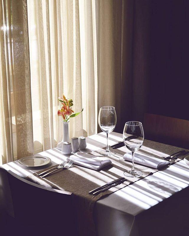 Morning comes to our restaurant #Voyager #hotelovis #morning #sunisshining #restaurant #shadow #утро #вресторане #харьков #солнечно #светотень #goodmorning #hotelslife #жизньгостиничная #интерьер #атмосфера #хорошеенастроение #пятница