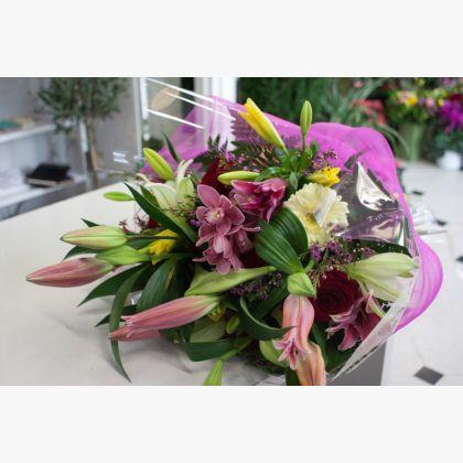 Μεγάλη ανθοδέσμη με ορχιδέες,συμπίτιουm, λίλιουμ οριεντάλ,  τριαντάφυλλα, ζέρμπερες και λίλιουμ λόγκι-φλόρουμ.