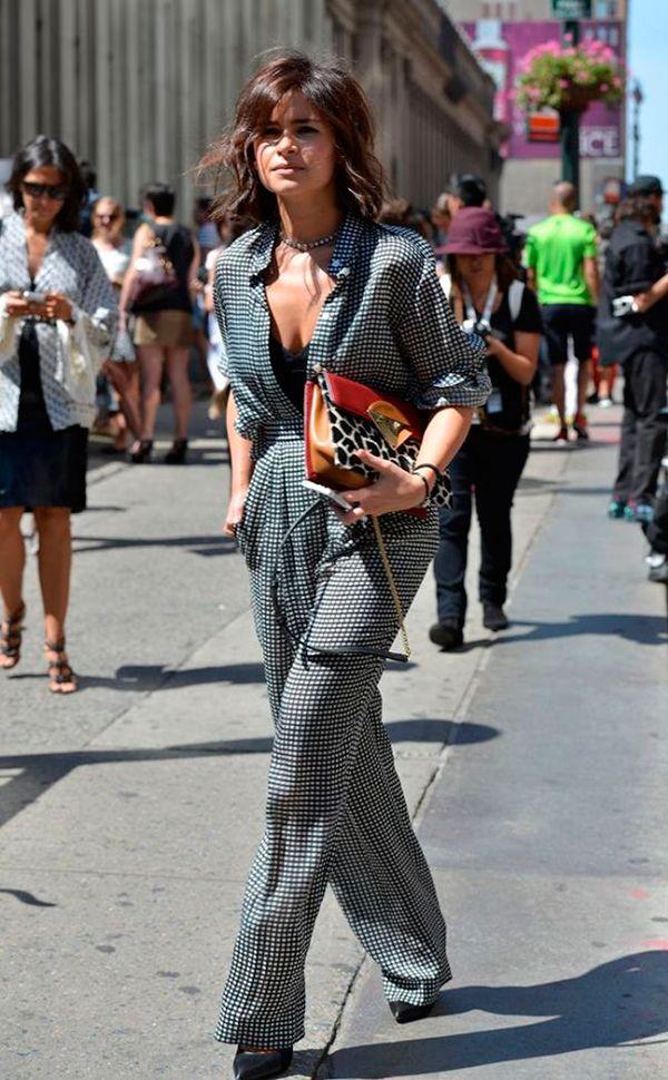 Miroslava Duma investe em macacão estampado com scarpin