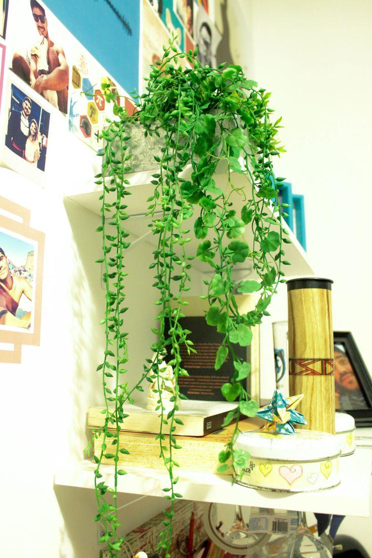 Plantinha artificial em prateleira alta. #DIY #cheap #decor #green