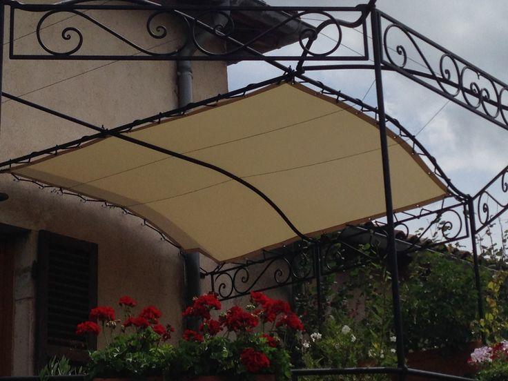 Fabrication et installation d'une toile de pergola en Soltis 96W (Serge Ferrari) avec œillets tous les 30cm. Tension de la toile par système de laçage périphérique.