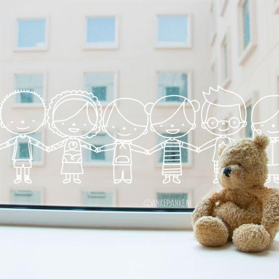 Een schattige slinger van kinderen #raamtekening. Ziet er lief uit als decoratie op het raam van het klaslokaal of kinderopvang. Ook leuk: je kunt ze naadloos herhalen als je een heel breed raam hebt.