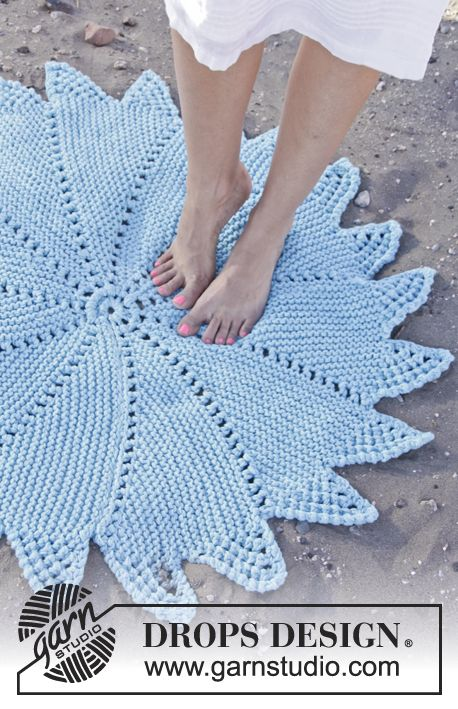 """Knitted DROPS carpet in garter st with lace pattern in """"Paris"""". ~ DROPS Design"""