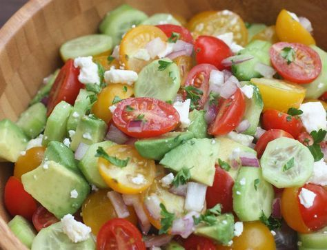 Une salade simple et délicieuse de tomates, concombre et avocat!