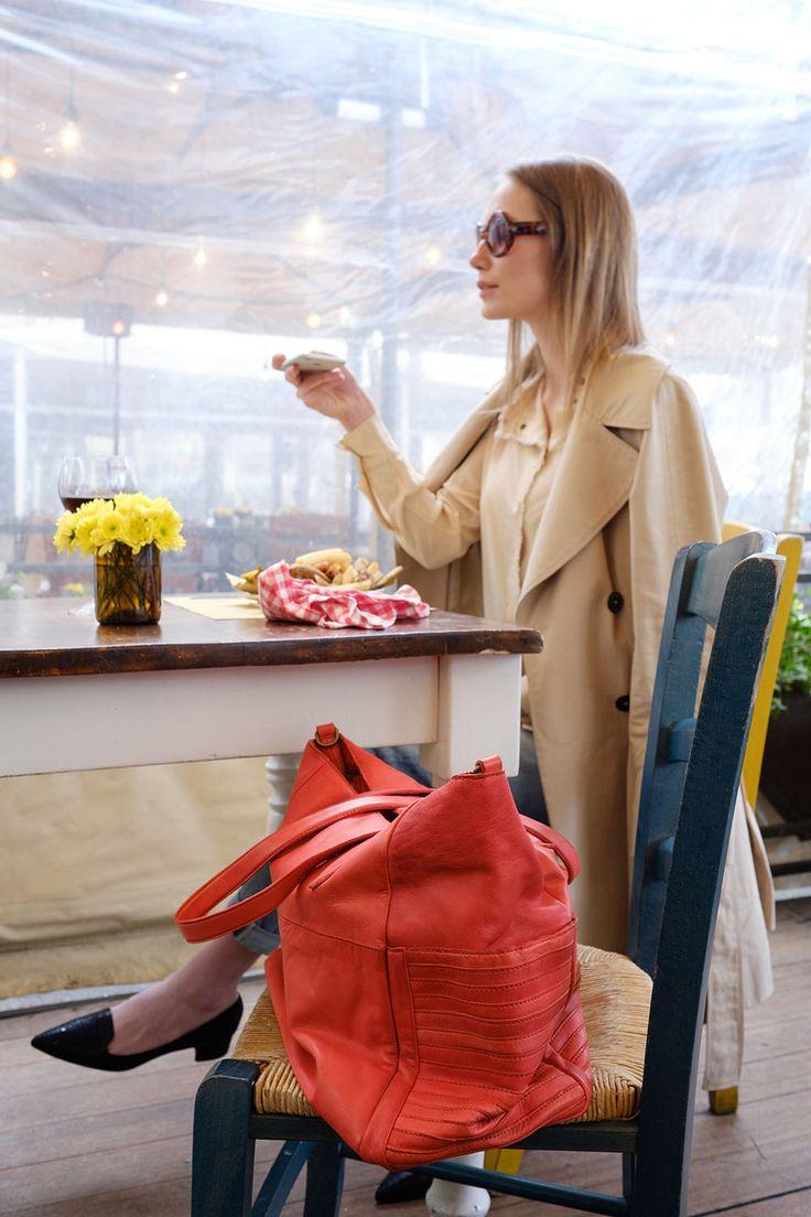 Donna al ristorante che ha appoggiato al sua borsa sulla sedia.    #resinastyle #bag #bags #daybag #fashion #borse #model #luxurybag #fashionable #handbag #fashionaddict #leather #handmade #fairtrade rèsina_style