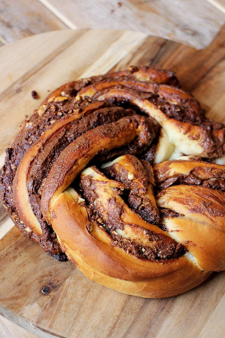 Dit gevlochten Nutella-brood is perfect voor op de Paastafel; heerlijk zoet en het ziet eruit als een feestje! Maak zelf het deeg zoals beschreven in het recept of ga voor de makkelijke weg en haal een blikje kant-en-klaar croissantdeeg. Tip: de kans is groot dat je handen onder de Nutella komen te zitten, dus een …