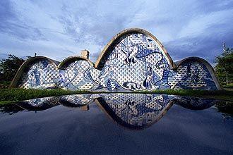Uma das obras-primas do arquiteto Oscar Niemeyer, o Complexo abriga o Museu de Arte da Pampulha, a Casa do Baile, a Igreja de São Francisco de Assis e o Iate Tênis Clube. Burle Marx assina o paisagismo do local.