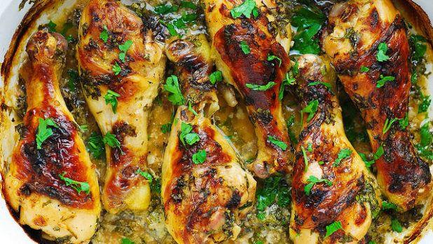 Díky dlouhému marinování bude kuřecí maso skvěle jemné a čerstvá petrželka ho navíc krásně ovoní. Jako přílohu vyzkoušejte kuskus nebo pečené brambory.