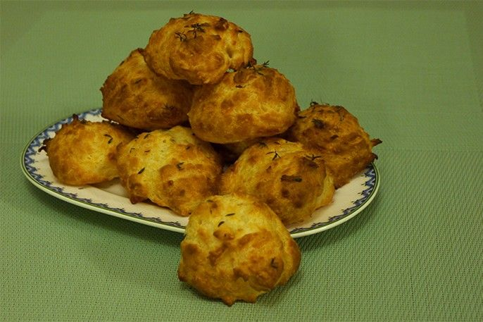 Gougères (choux salés au fromage) bien gonflées