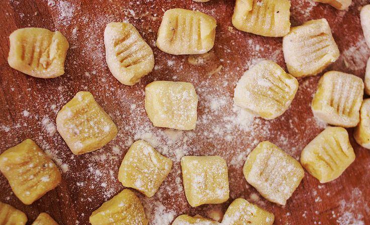 De tényleg! Töröljétek ki az emlékezetetekből a bolti verziót, felejtsétek el, hogy valaha is létezett. Vegyetek krumplit és gyúrjatok belőle gnocchit!! Bármilyen cucc passzol hozzá: sima paradicsomszósz, sajtszósz, pesto, vagy Giorgio Locatelli kedvence a bolognai ragu, egyszerűen…