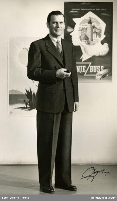 Man i mörk kostym med väst. Kavajen knäpps med tre knappar. Schwartsmans hade modevisning i Stockholm för sina kunder, 1968.