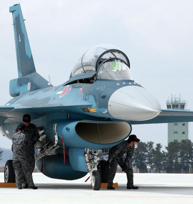展示飛行を終え、格納庫に戻るF2戦闘機=20日午前、航空自衛隊松島基地(鈴木健児撮影)