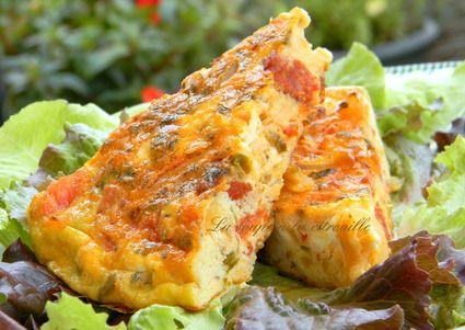"""Tortilla """"à la grecque"""" - Evidemment, les grecs ne font pas de tortilla (d'où les guillemets) mais la strapatsada : des œufs brouillés aux tomates et à la feta avec des herbes fraîches. J'ai glissé tous ces ingrédients dans une tortilla, avec de la tenue pour la déguster en morceaux. Et, c'est quand même une tortilla, il y a une composante espagnole qui est le chorizo."""