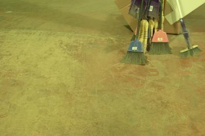 Cómo pintar un piso de cemento para que parezca roca | eHow en Español