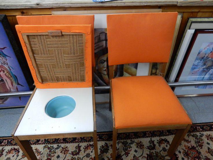 Twee slaapkamerstoelen met bijpassende voetenbank(niet op foto). Oranje stof en 1 vd stoelen is voorzien van een po. Totale prijs voor alle 3 =  € 54.00.