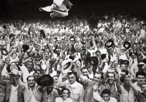 Torcedores comemoram a vitória do Brasil contra a Iugoslávia na copa de 1950 Exposiçoes Virtuais - Arquivo Nacional