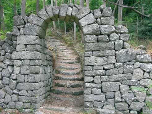 Muro de piedra en jardiens de  finca privada