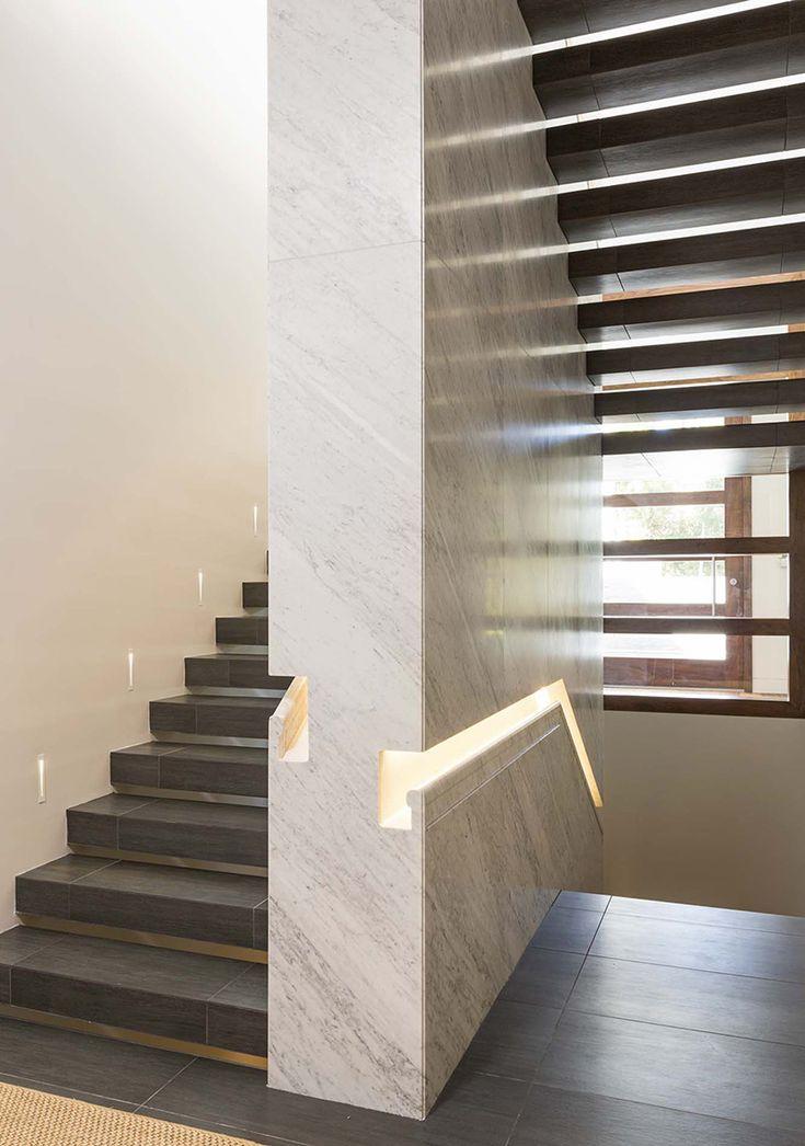L'escalier est construit autour d'un mur recouvert de plaques de pierre (granit ou marbre). La rampe est intégrée dans le mur et rétro-éclairée.