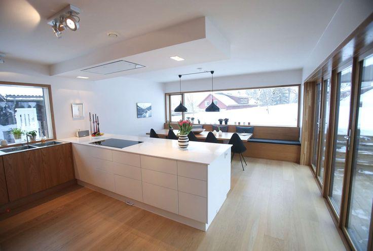 Moderne kjøkken i det arkitekttegnede huset på Røa i Oslo.